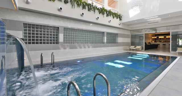 Piscina interna riscaldata in hotel a modena - Piscina dogali modena ...